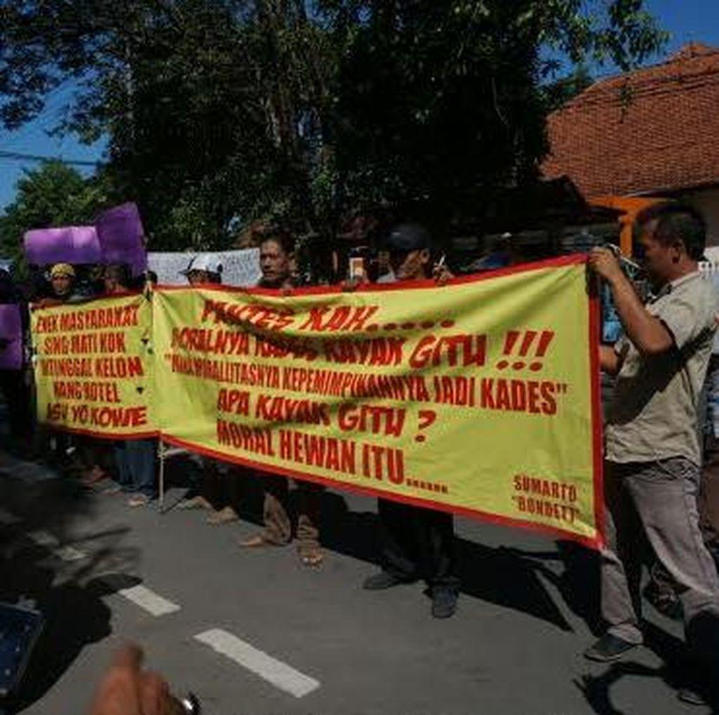 Puluhan Warga Demo Pemkab Jombang Tuntut Kades Selingkuh Dicopot