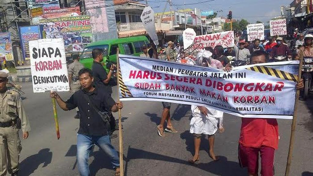 Ratusan Warga Tuntut Median Jalan Telan Banyak Korban Dibongkar