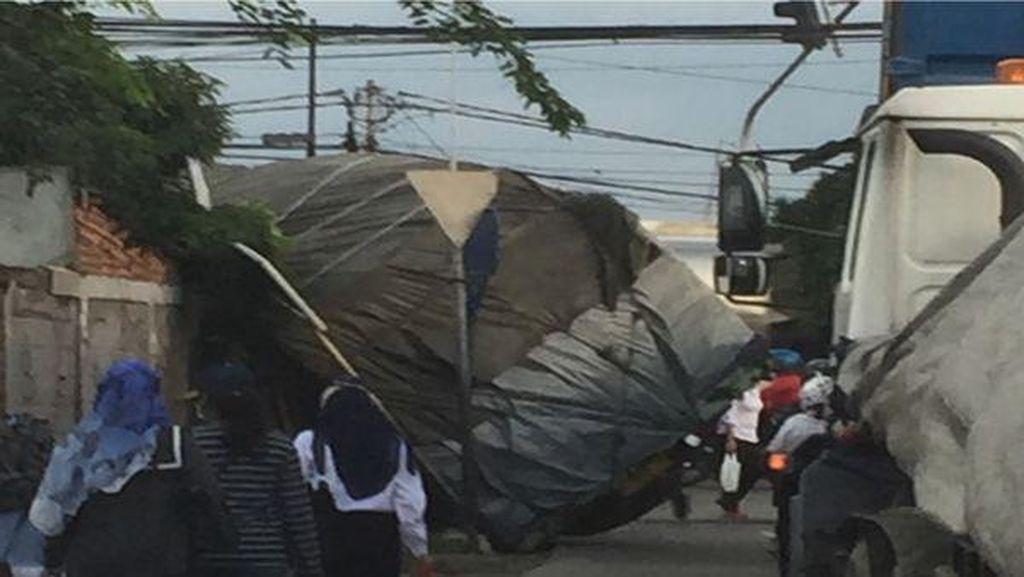 Truk Terperosok di Jalan Raya Bekasi, Lalin Macet 4 Km