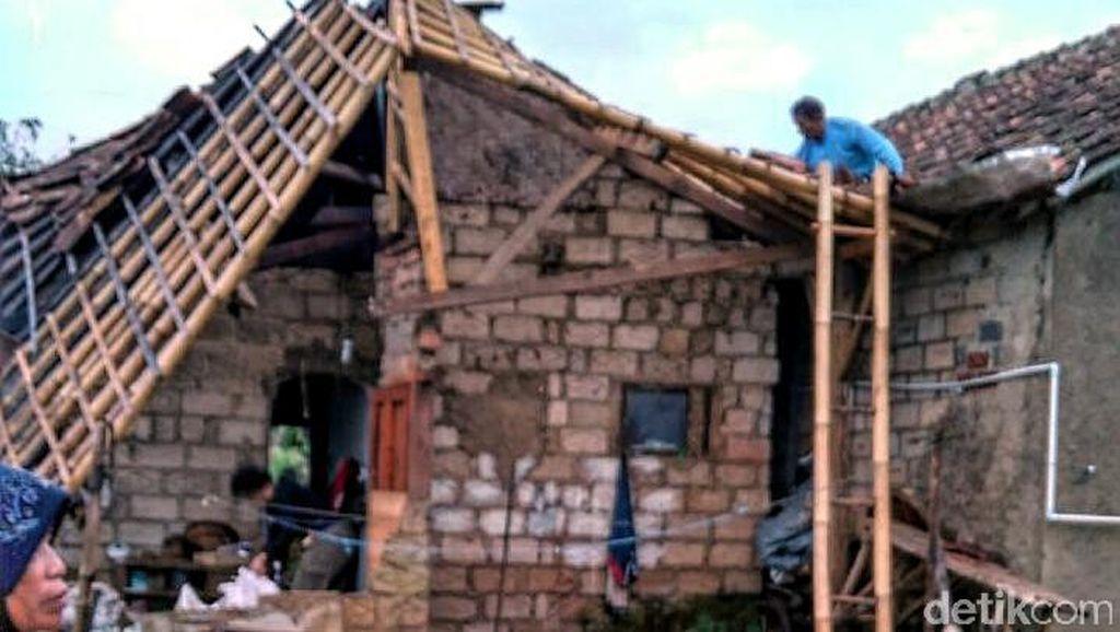 Angin Kencang Terjang Perkampungan Warga di Sukabumi, 1 Rumah Nyaris Ambruk