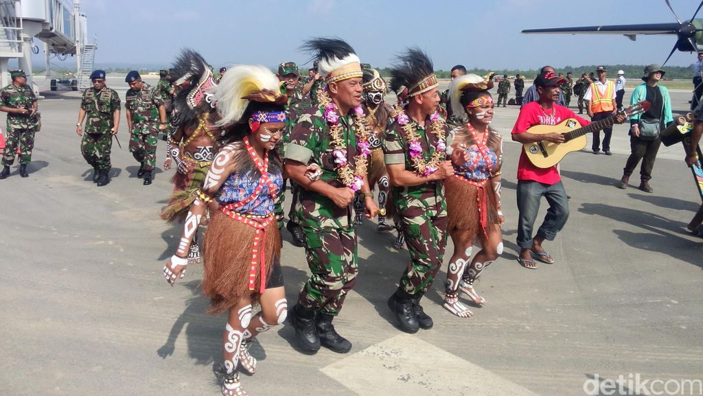 Tiba di Sorong, Panglima TNI dan KSAD Disambut Tari Penjemputan Suku Moi