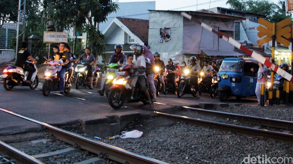 Kemacetan di Perlintasan KA Kramat Sentiong
