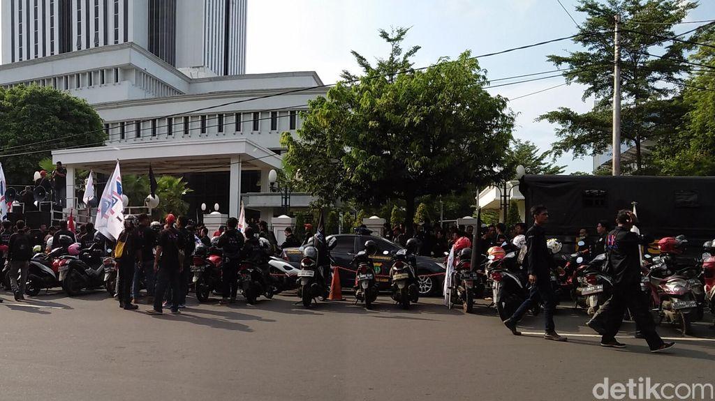 Ratusan Pekerja Demo Gedung MA Tuntut Kenaikan Gaji