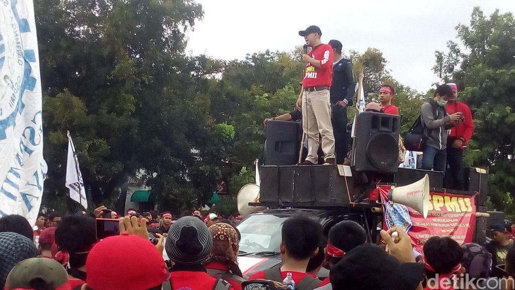 Diawali Goyang Dumang, Buruh Sampaikan Aspirasi di Depan Istana Merdeka