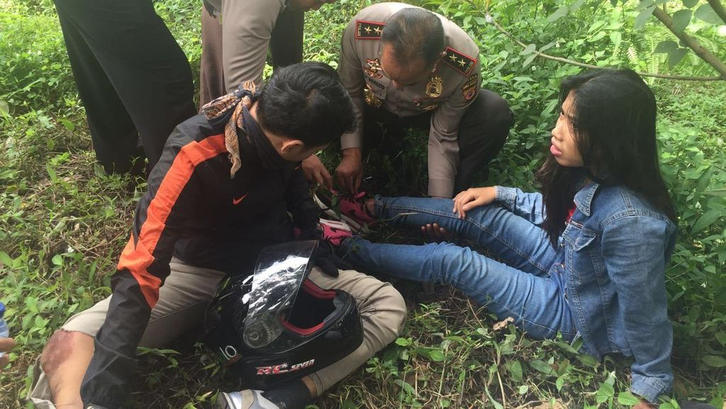 Begini Aksi Kapolda Jabar Tolong Korban Kecelakaan Lalu Lintas di Purwakarta