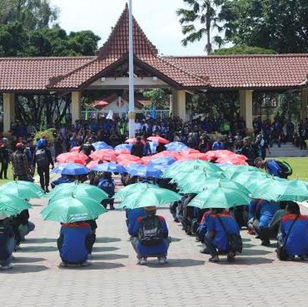 Buruh di Sidoarjo Datangi Kantor Gubernur dengan Formasi Seribu Payung