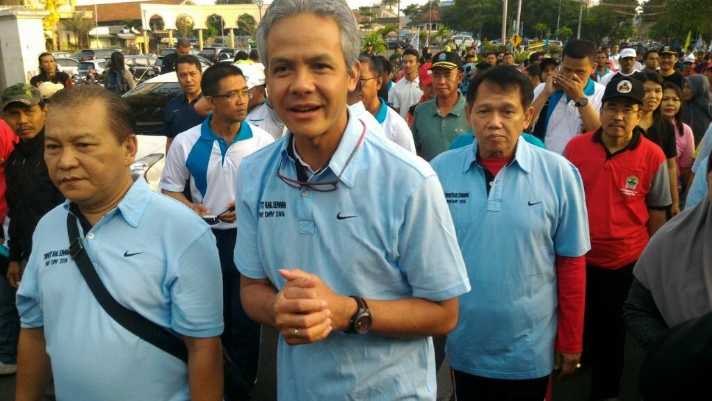 Gubernur Ganjar dan Ribuan Buruh Jalan Kaki Peringati Hari Buruh