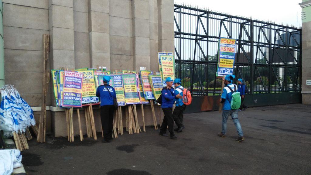 Puluhan Buruh Mulai Berdatangan ke Depan Gedung DPR