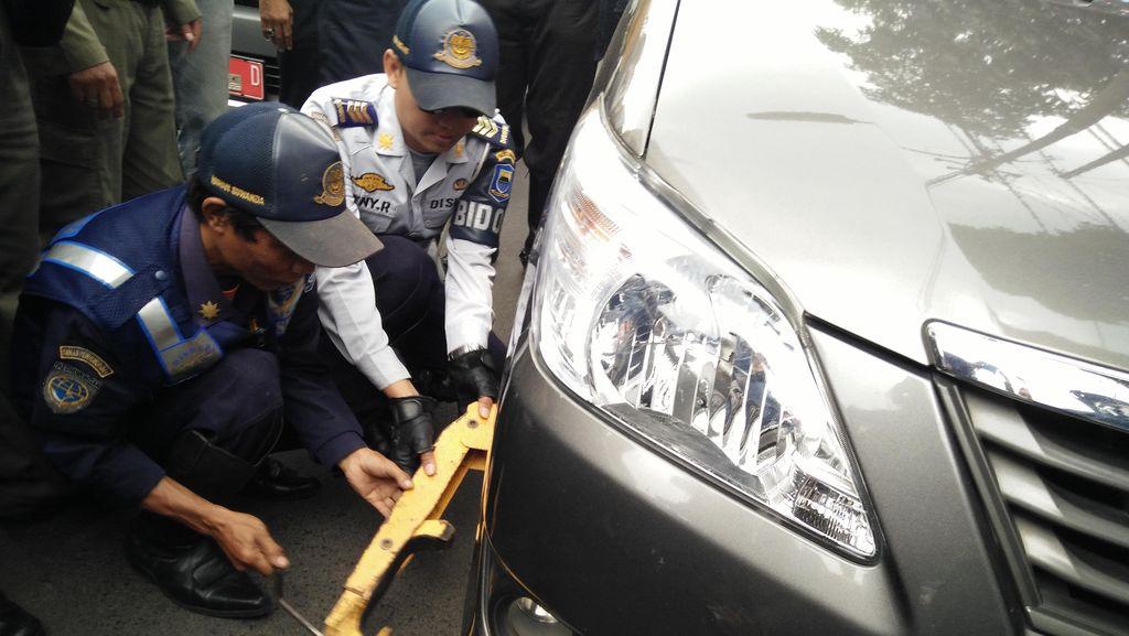 Belasan Kendaraan yang Parkir Sembarangan di Bandung Ditindak