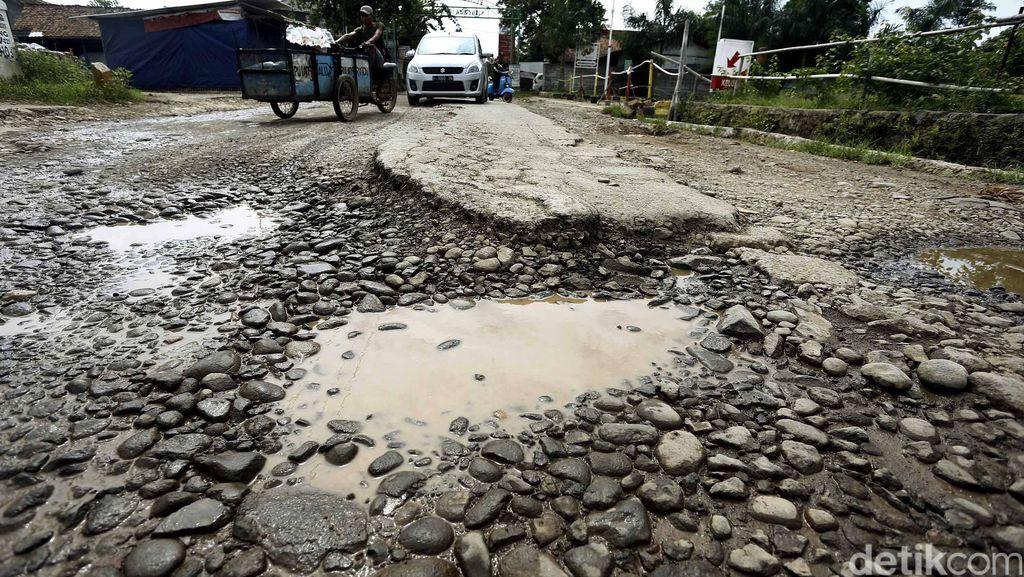 Jalan Rusak di Ciangsana Bogor Tak Kunjung Diperbaiki