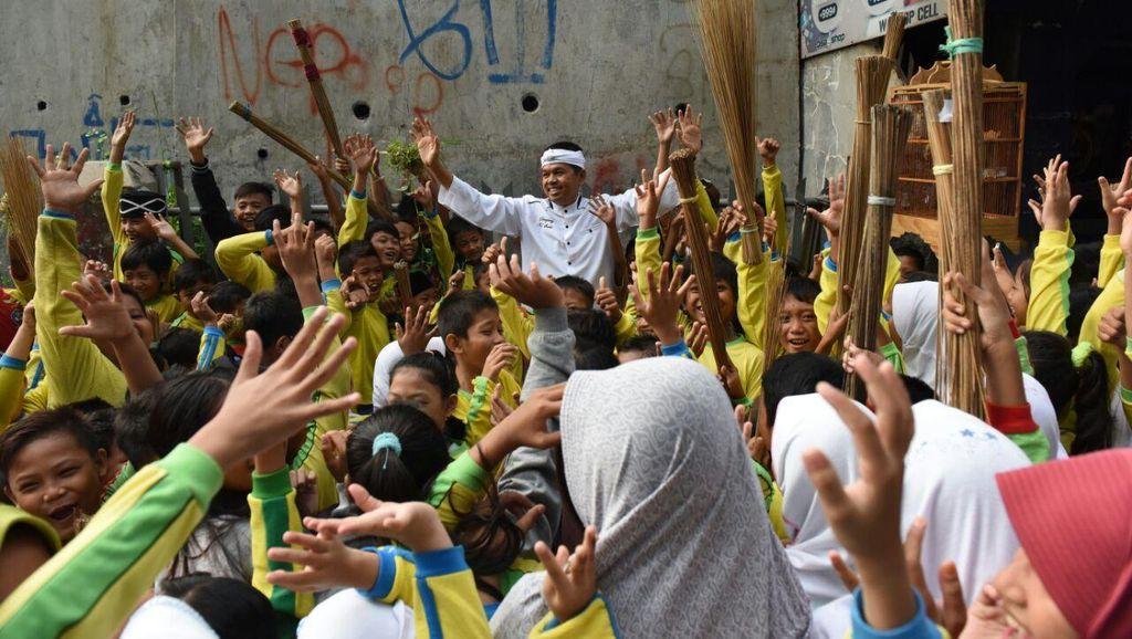 Bupati Dedi Bersih-bersih Lingkungan di Hardiknas