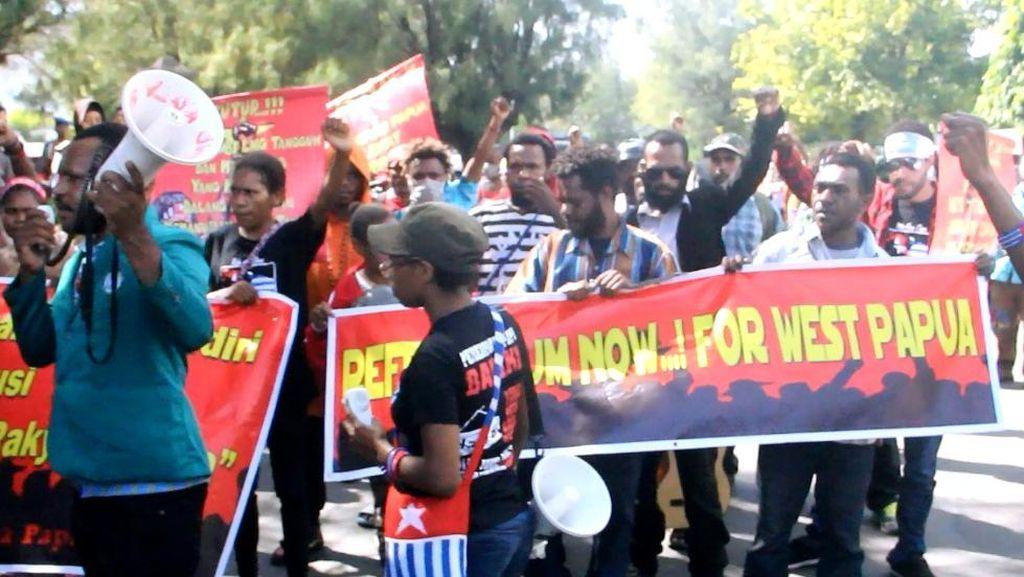 Aksi Mahasiswa Papua ini Dibubarkan Polisi Karena Bawa Atribut Bintang Kejora