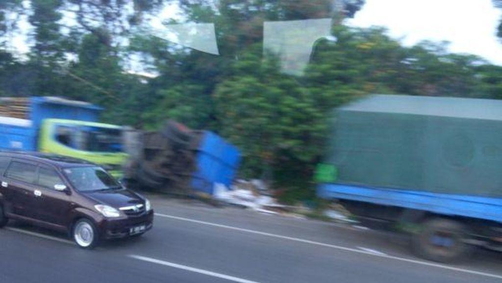 Hati-hati, Gandengan Truk Terbalik di KM 21 Tol Cikampek arah Jakarta