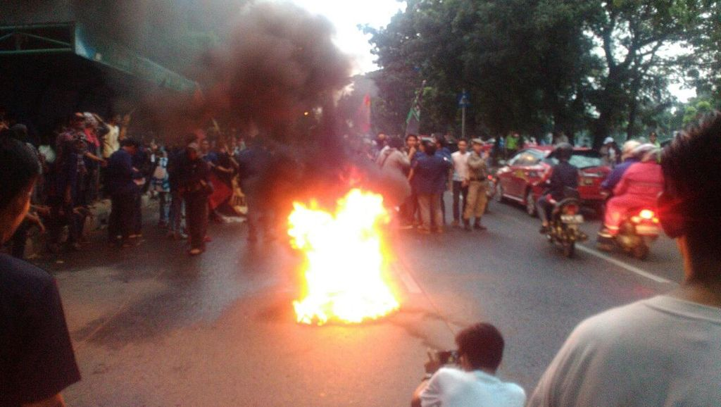 Mahasiswa IISIP Demo Bakar Ban di Jalan, Lalin Arah Pasar Minggu Macet