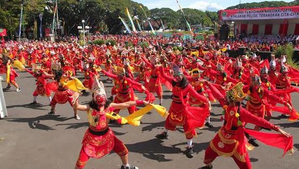 1.000 Penari Topeng Peringati Hari Pendidikan di Alun-Alun Tugu Malang