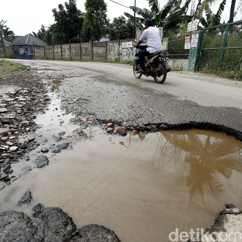 Tersiksa Karena Kondisi Jalan Raya Ciangsana yang Rusak