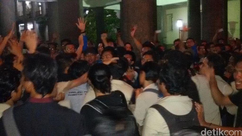 Demo Ribuan Mahasiswa UGM Ricuh, Rektor Dikejar-kejar Usai Dialog