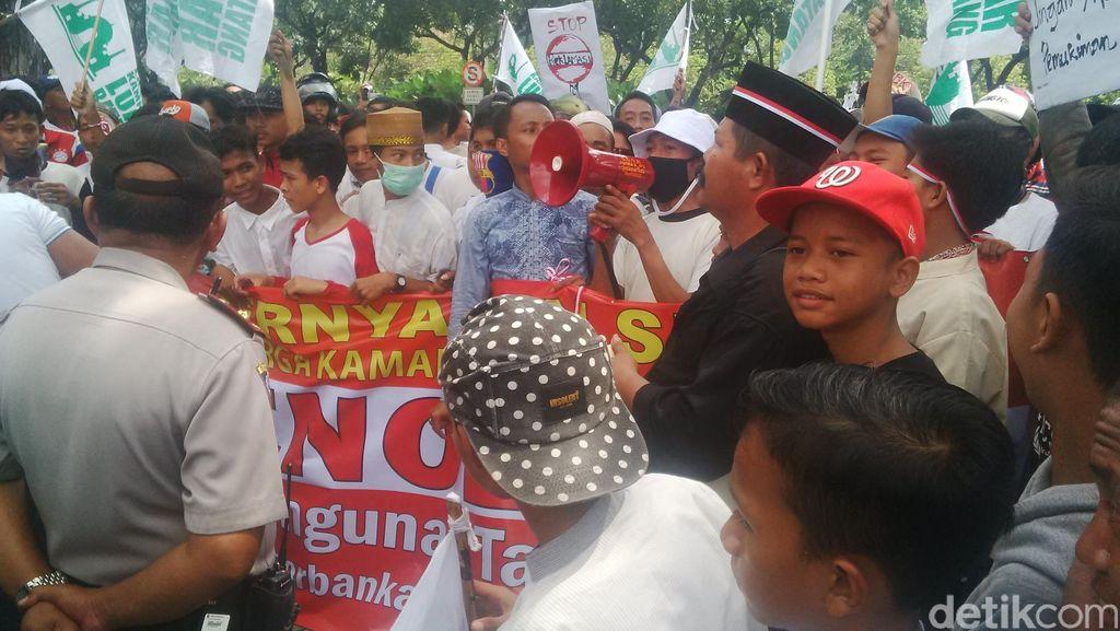 Massa Demo Tolak Reklamasi dan Penggusuran di Balai Kota