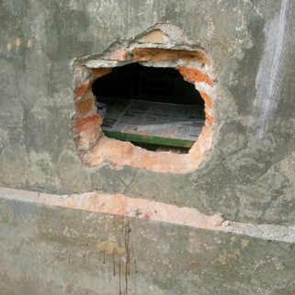 Pencuri Bercadar Gasak Uang Puluhan Juta dan Rokok Terekam CCTV