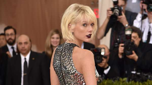 Never Out of Style! Gaya Futuristik Taylor Swift vs Selena Gomez di Met Gala