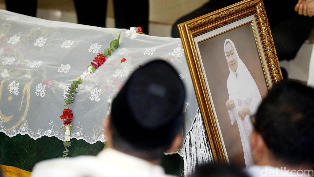 Ratusan Orang Melayat Jenazah Tuty Alawiyah