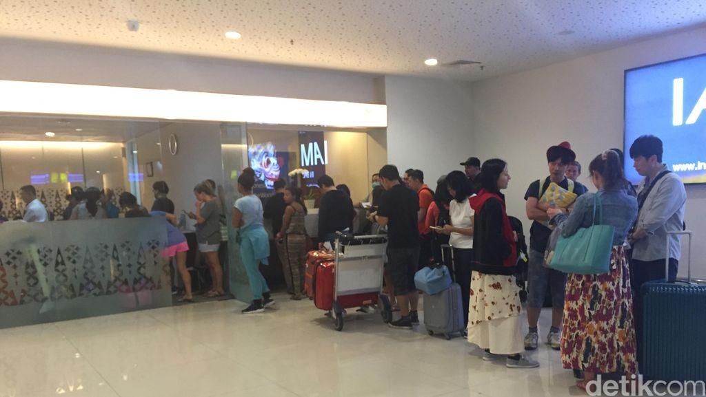 Bandara Ngurah Rai Ditutup, Antrean Panjang Terlihat di Customer Service