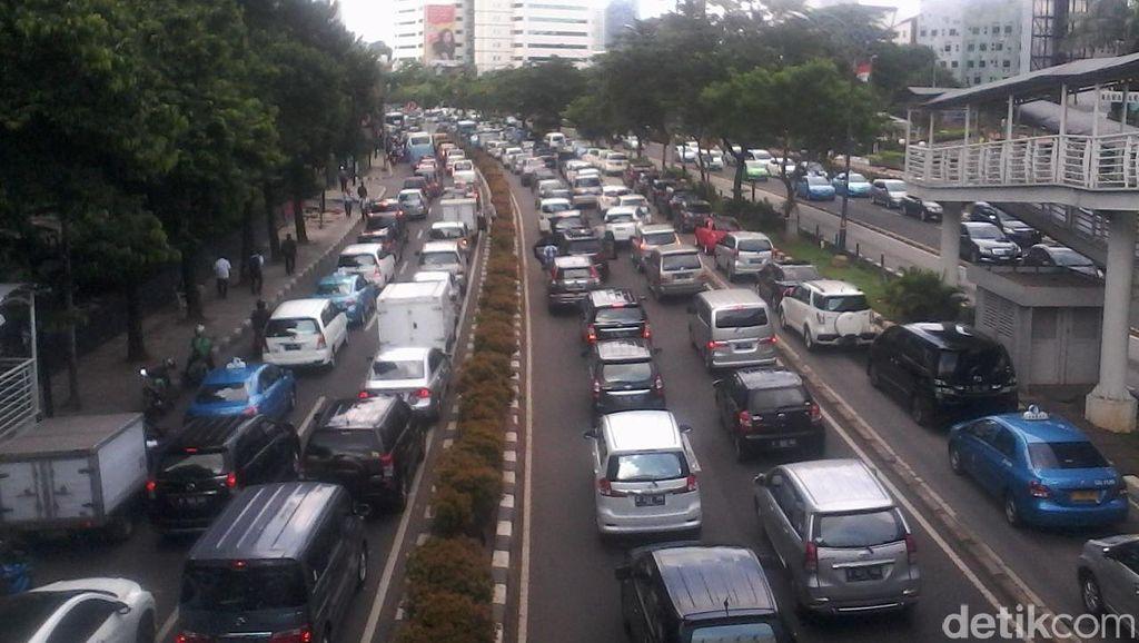 Demo Bidan Tutup Semua Jalur, Jl Rasuna Said ke Menteng Macet Total