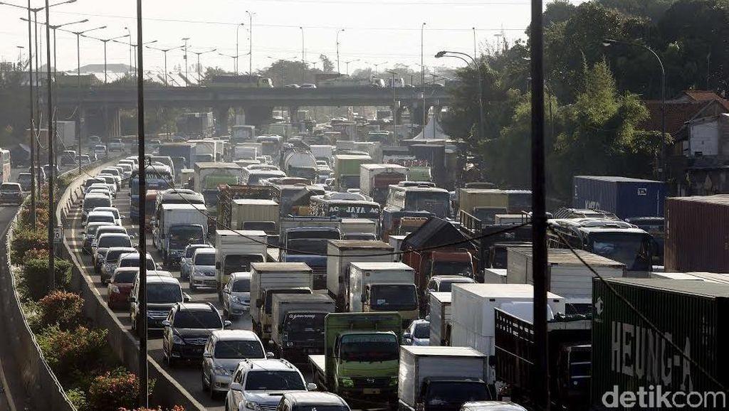 Penampakan Macet Parah di Tol Jakarta-Cikampek di Long Weekend, Truk Masih Eksis