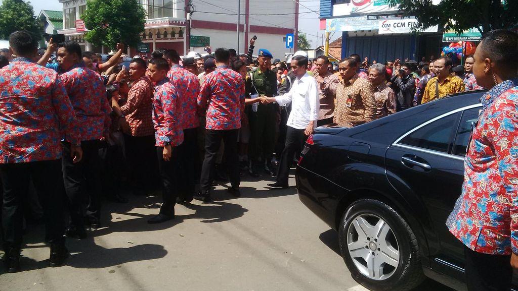 Disambut Ribuan Warga, Presiden Jokowi Resmikan Pasar di Banyumas