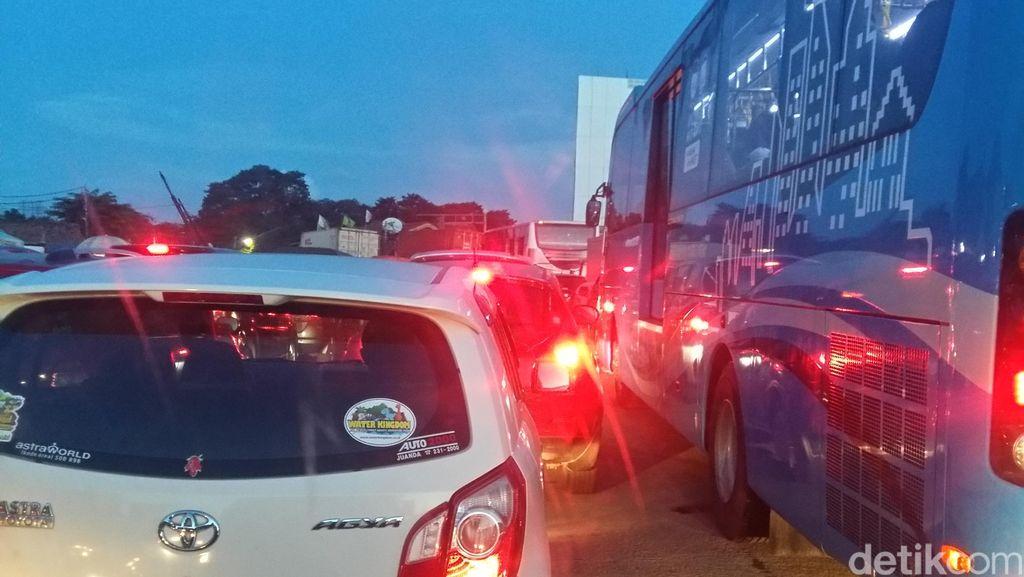 Pulogadung ke Arah Bekasi Stuck, Pengendara Matikan Mesin Mobil