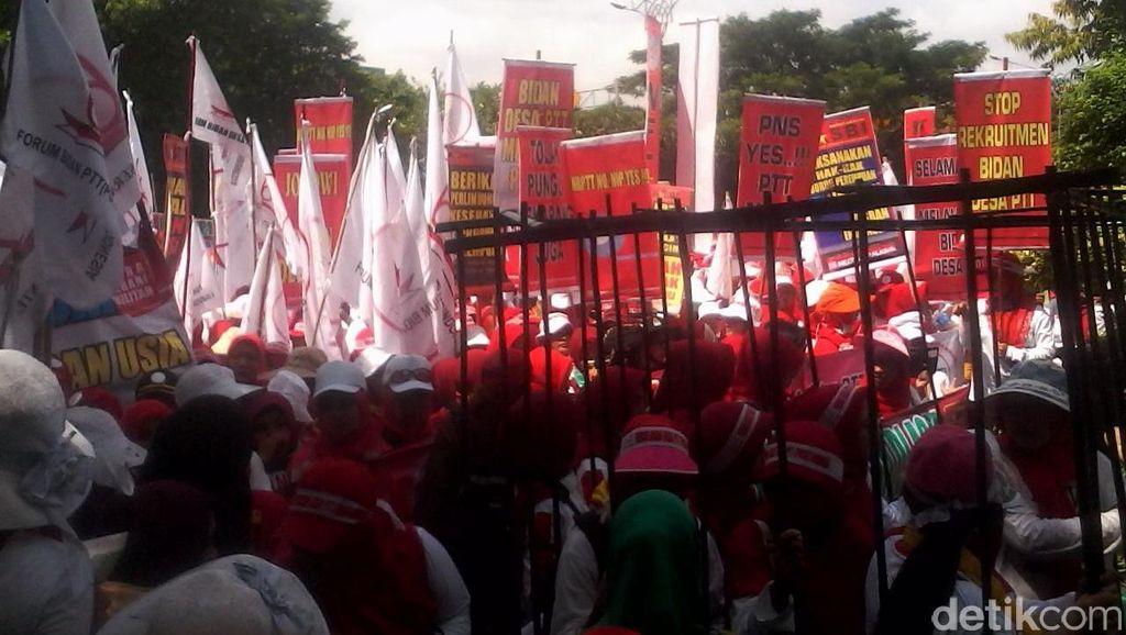 Ada Demo Bidan di Depan Kemenkes, Jl HR Rasuna Said Macet