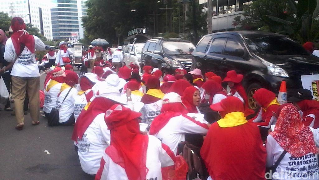 Massa Bidan Istirahat, Jalur Cepat Rasuna Said dan Busway Bisa Dilintasi
