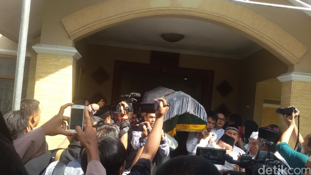 Bersama Ribuan Orang, BJ Habibie, Menag dan Wagub Djarot Layat Tuty Alawiyah