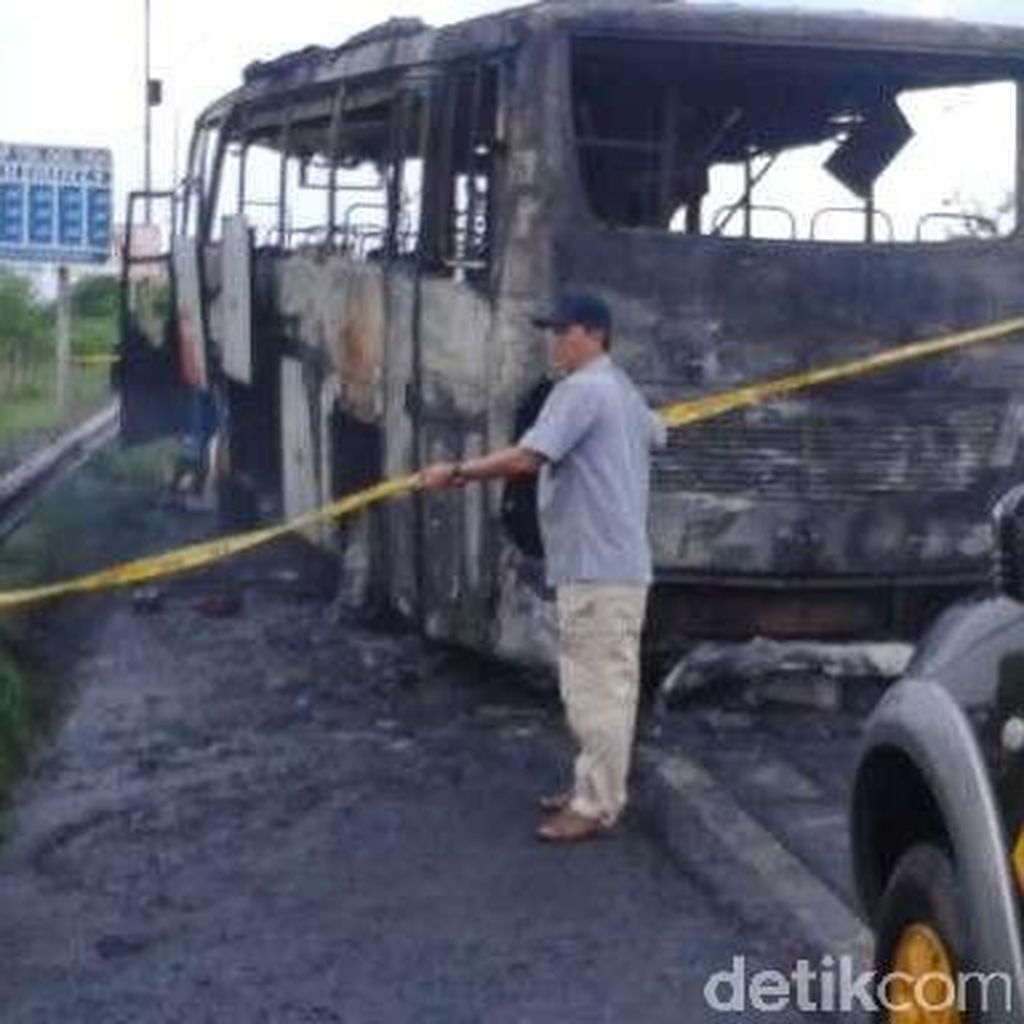 Bus Tujuan Bandung Terbakar di Tol Kanci, Tak Ada Korban Jiwa