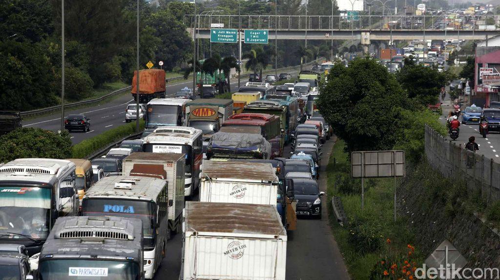 Truk Mogok di KM 25 Tol Kampung Rambutan arah Bintaro, Lalu Lintas Macet
