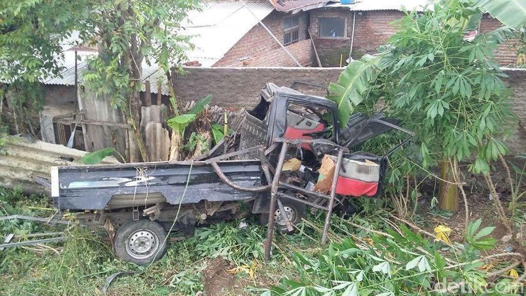 Mogok di Tengah Rel di Cirebon, Mobil Pick Up Dihantam Kereta Api