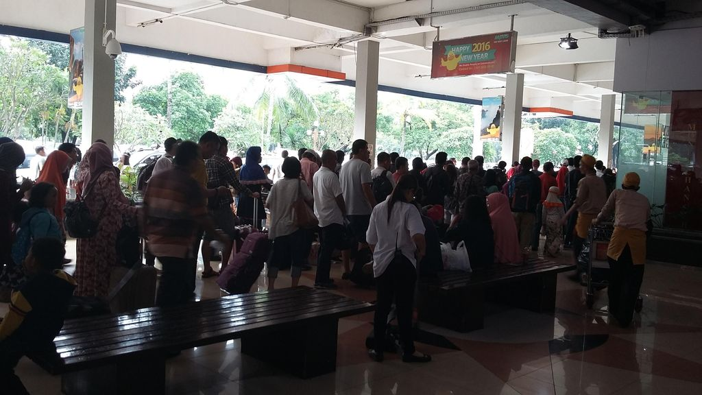 Libur Long Weekend, Antrean Penumpang di Bandara Halim Mengular