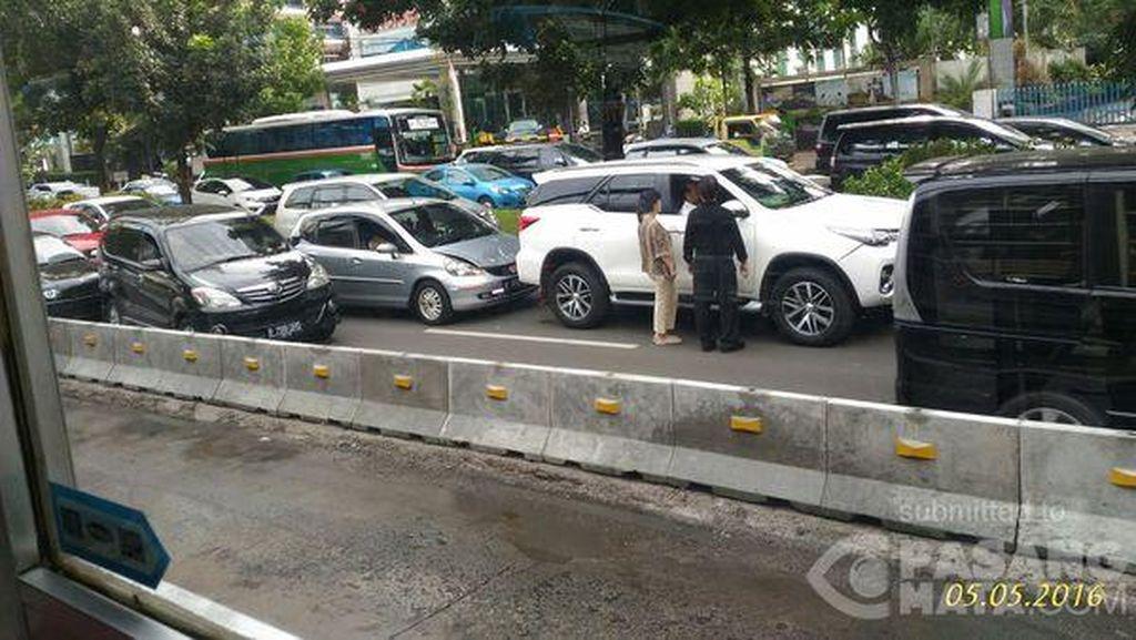 Honda Jazz Tabrak Fortuner, Lalin Jl Sudirman Arah HI sempat Macet