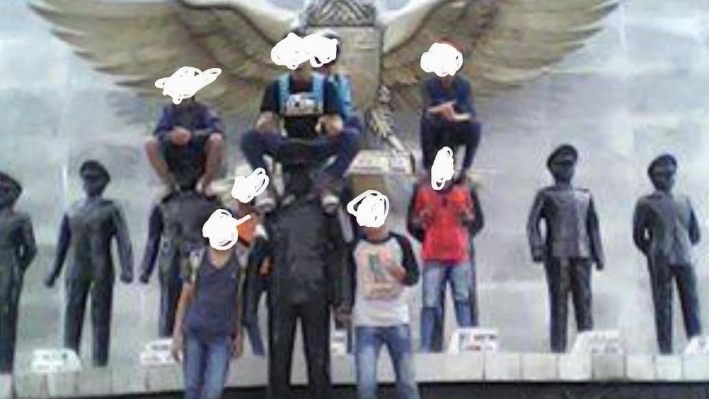 Pesan Polisi ke Abege yang Foto Injak Patung Pahlawan: Kalau Foto Sopan!