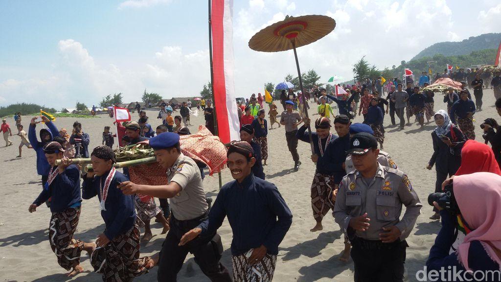 Keraton Yogyakarta Larung Baju Sultan HB X di Pantai Parangkusumo Bantul