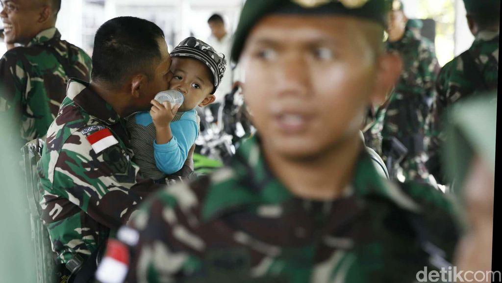 Prajurit TNI Mencium Anak Sebelum Bertugas