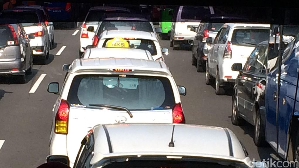 Tol Bekasi-Jakarta Macet Sejak KM 5, Kendaraan Merambat Pelan