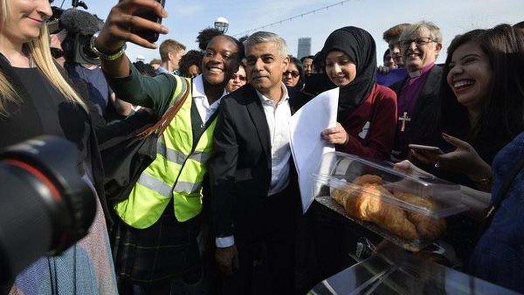 Hari Pertama, Wali Kota Muslim Pertama London ke Kantor Naik Bus