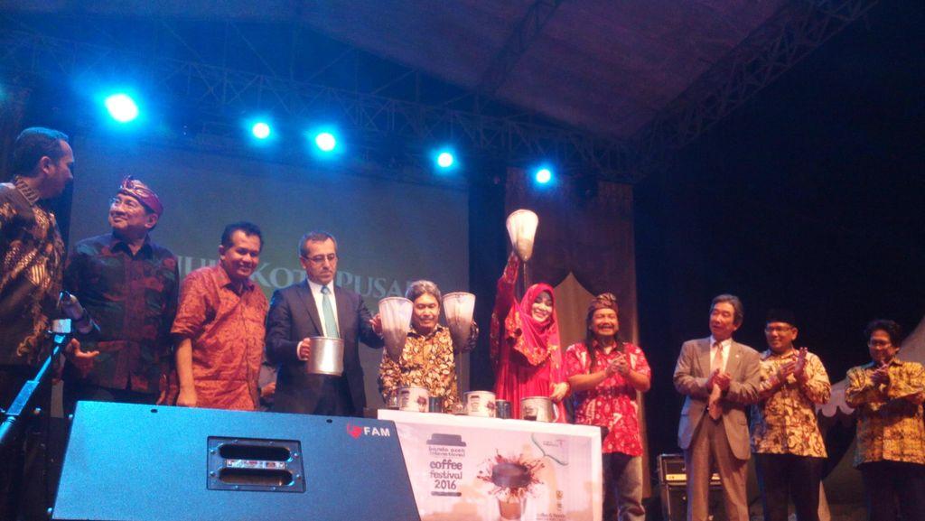 Wali Kota Banda Aceh Buka Festival Kopi Internasional dengan Menyaring Kopi