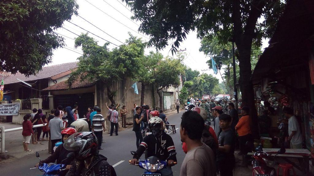 Tolak Digusur TNI, Warga Kodam Bintaro Blokir Jalan dengan Bangku