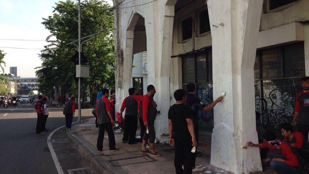 Ribuan PNS Surabaya Percantik Bangunan di Jalan Tunjungan