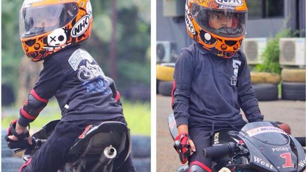 Denny Cagur Ajarkan Anak Balap Motor