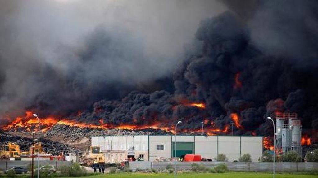 Asap Pekat Akibat Ban Bekas Terbakar, 9.000 Warga di Spanyol Dievakuasi