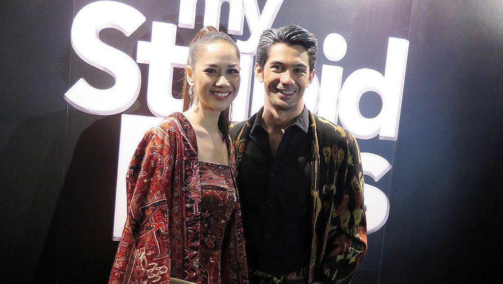 BCL dan Reza Rahadian Serasi Berbusana Tenun di Malaysia