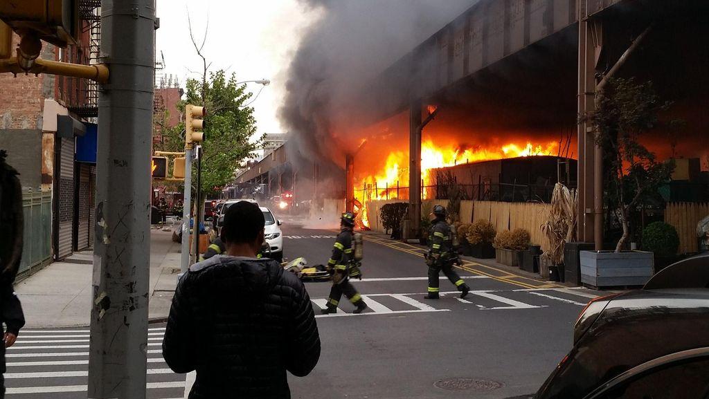 Ada Kebakaran, Jalur Kereta Metro New York Terganggu dan Ribuan Orang Telantar